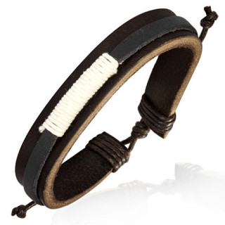 Bracelet avec fine lanière entourée de corde blanche sur large bande de cuir